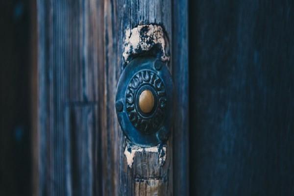 strange-doorbell